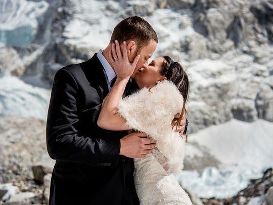 에베레스트에서 결혼식을 올린 뒤 입맞춤을 하고 있는 제임스 시솜과 애슐리 슈마이더. [USA투데이]