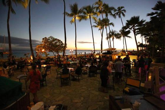 와이키키. 해변을 따라 호텔과 레스토랑이 들어서 있다.