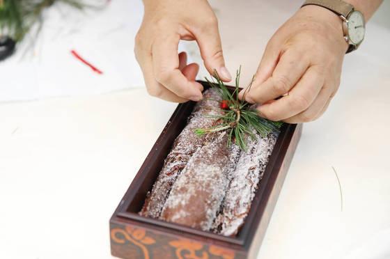 김정숙 여사가 19일 여야 5당 원내대표에게 선물할인삼정과에 솔잎 장식을 하고 있다. [사진 청와대]