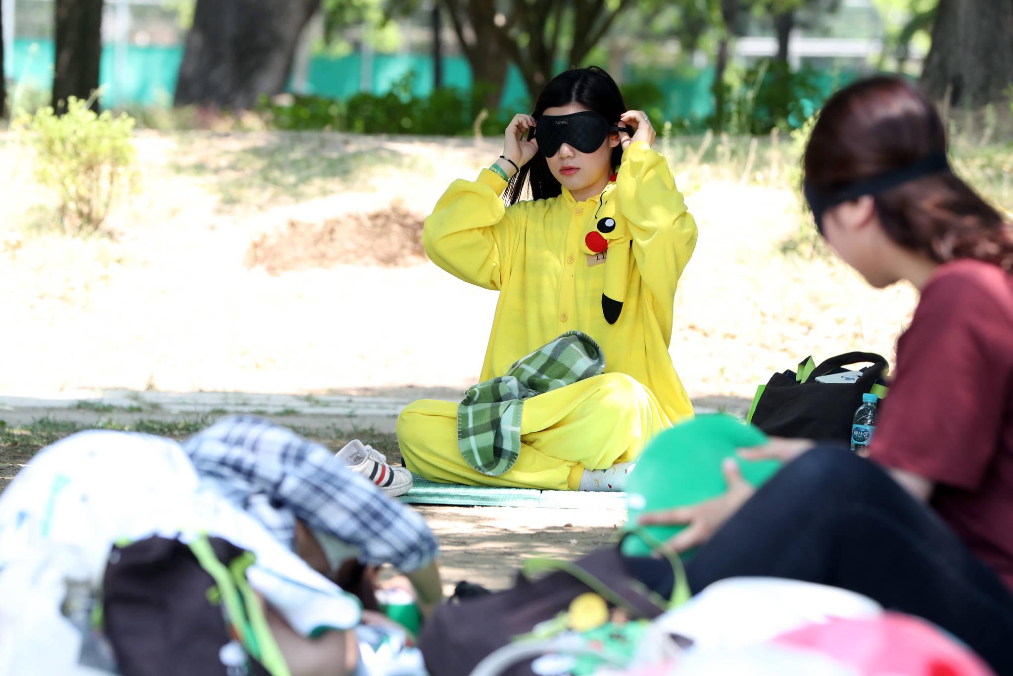 한 참가자가 피카츄 잠옷을 입고 잘 준비를 하고 있다.