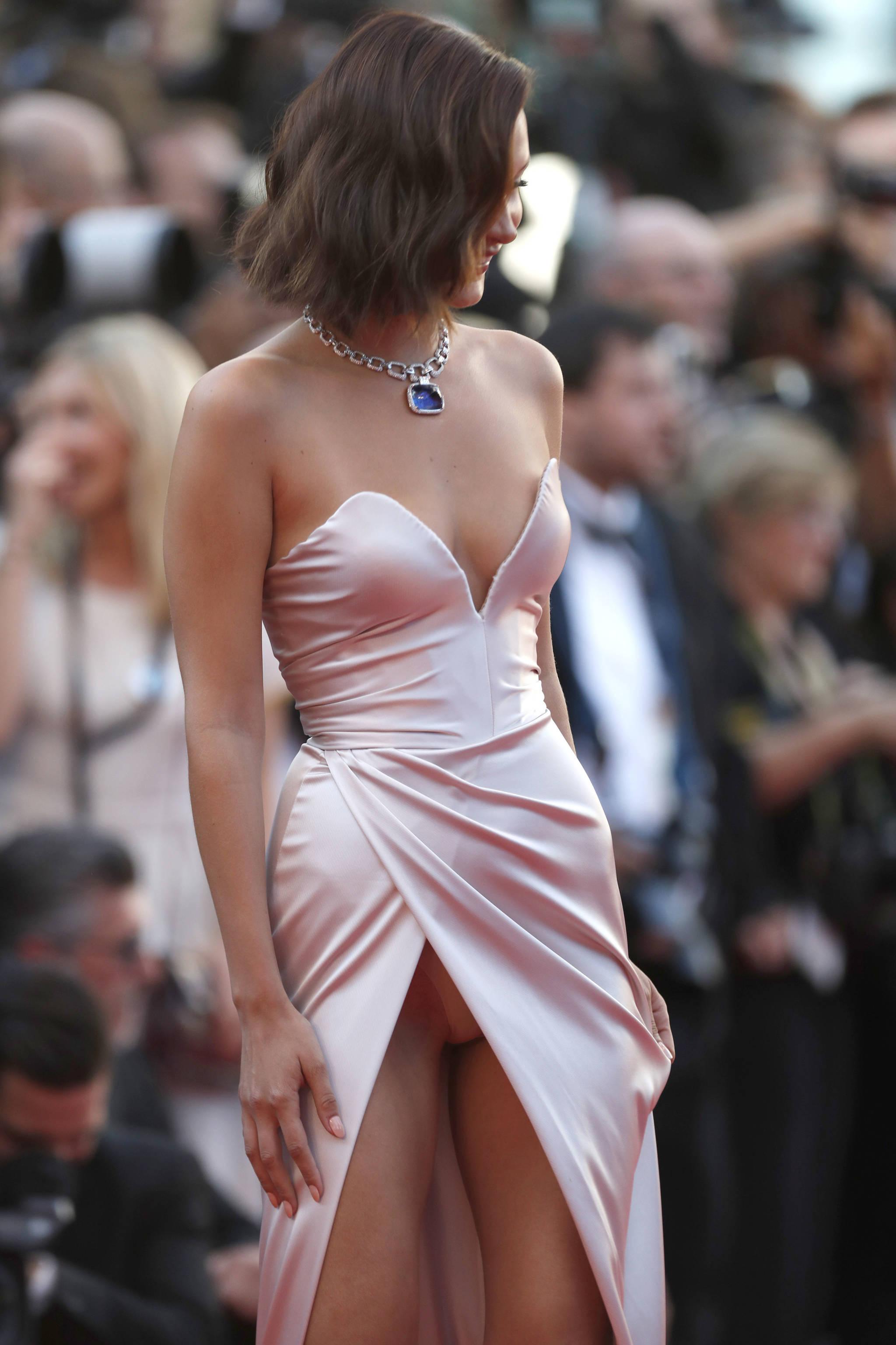 미국의 패션모델 벨라 하디드가 17일(현지시간) 제70회 프랑스 칸 국제영화제 개막식 레드카펫에 출연해있다. 하디드는 레드카펫에서 파격적인 의상을 선보이는 것으로 유명하다.[AP=뉴시스]
