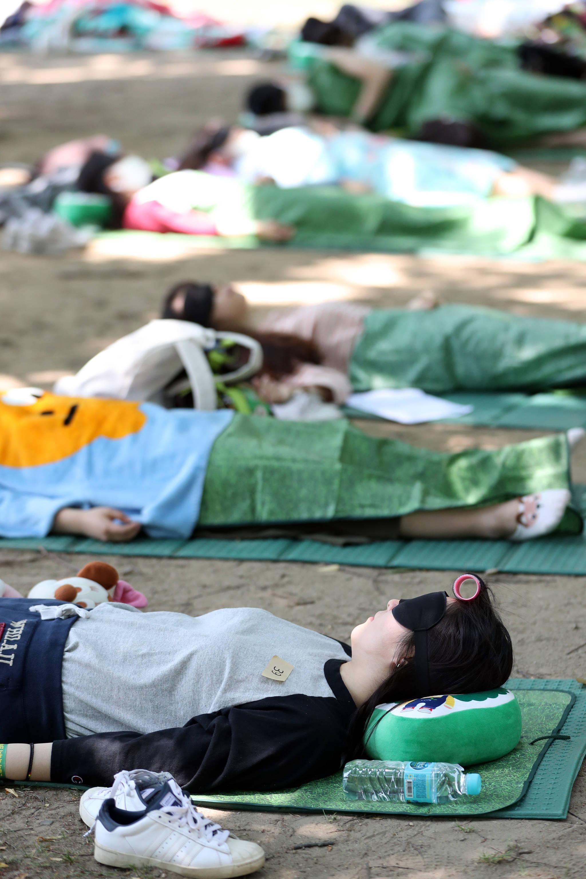 각자 준비해 온 수면용품을 활용해 잠든 참가자들.