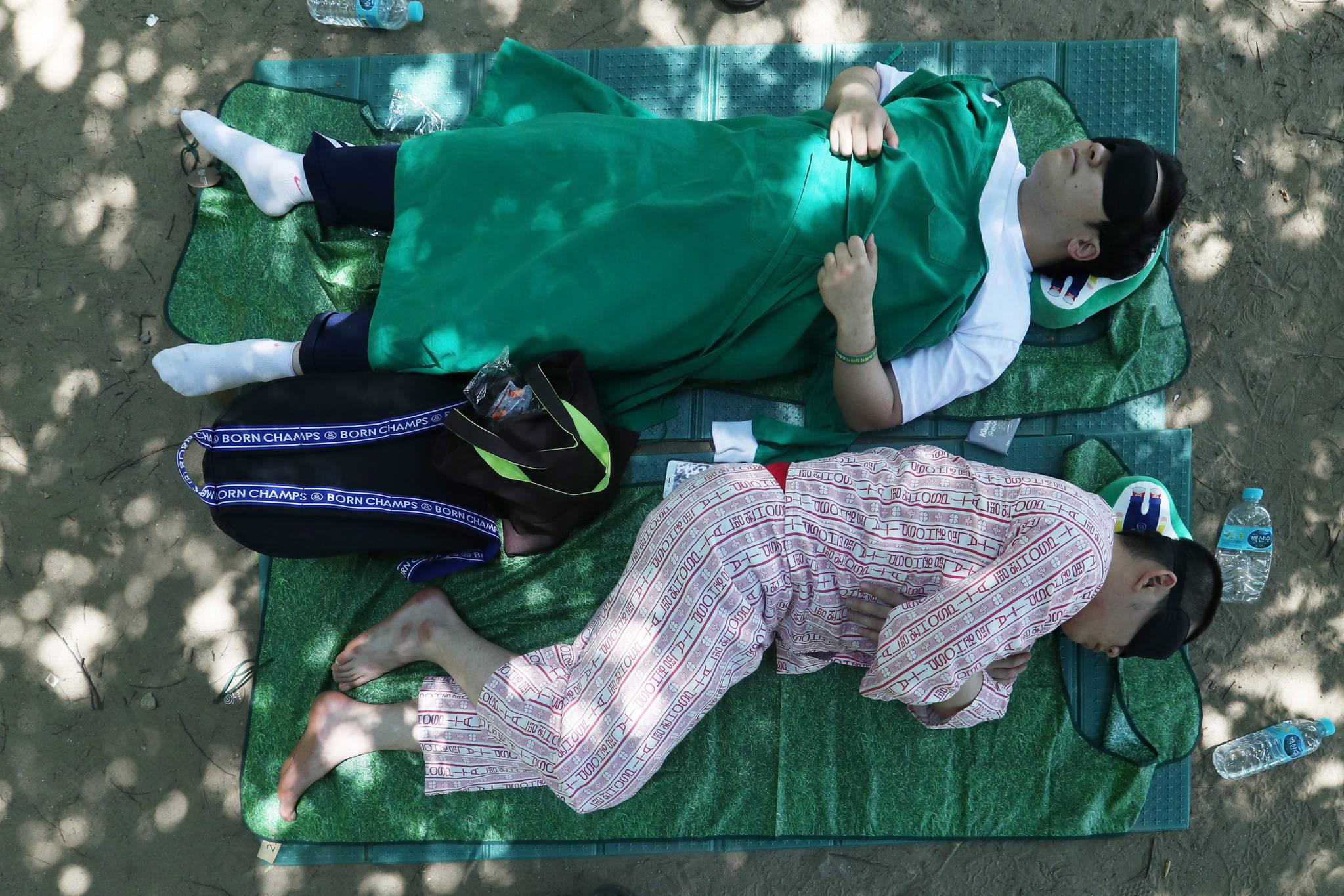 이색 복장을 하고 잠든 참가자들.