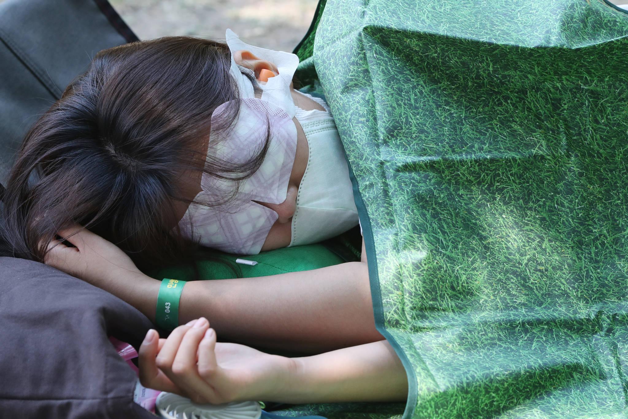 눈 사지팩을 하고 잠든 참가자.