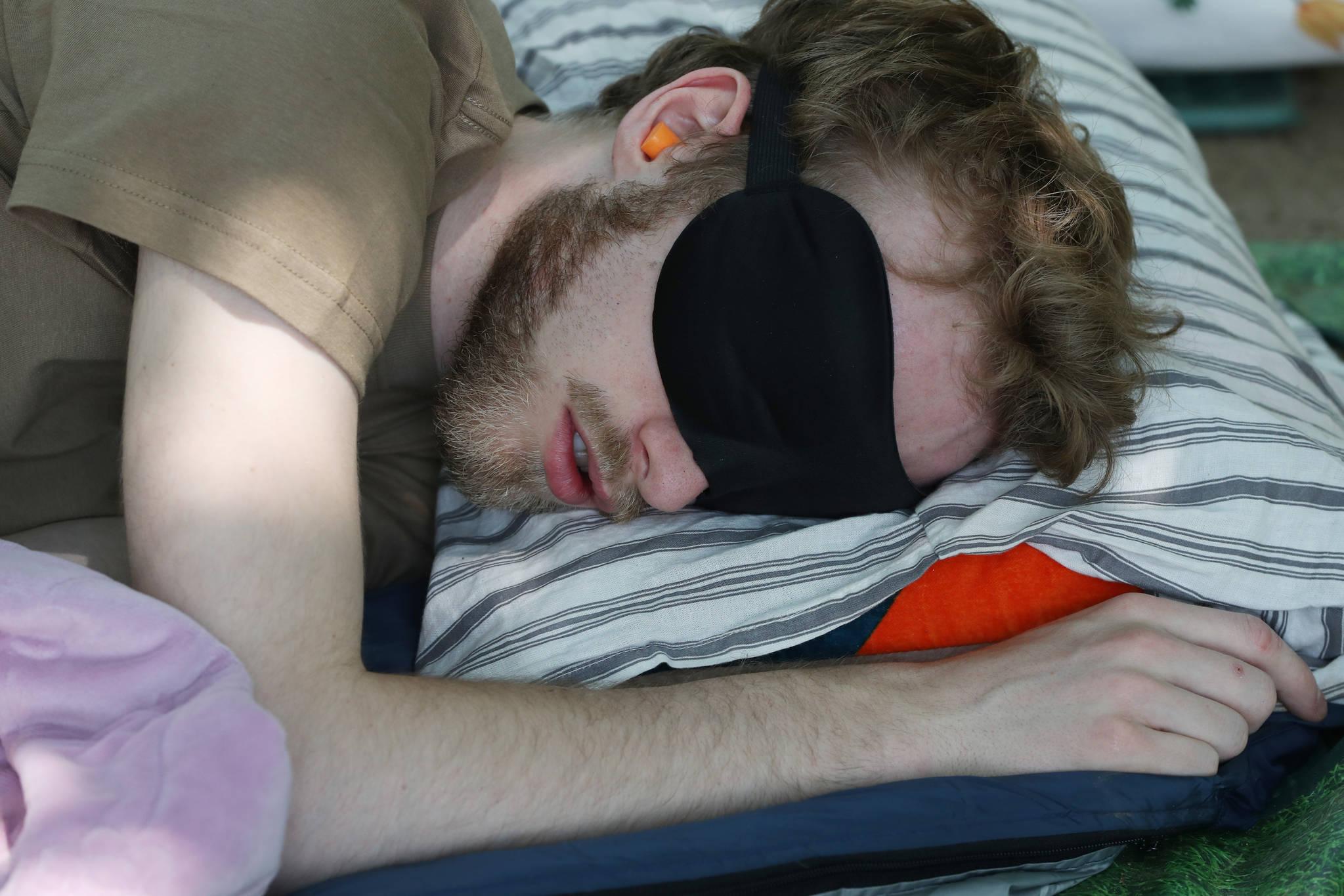외국인 참가자가 꿀잠을 자고 있다.