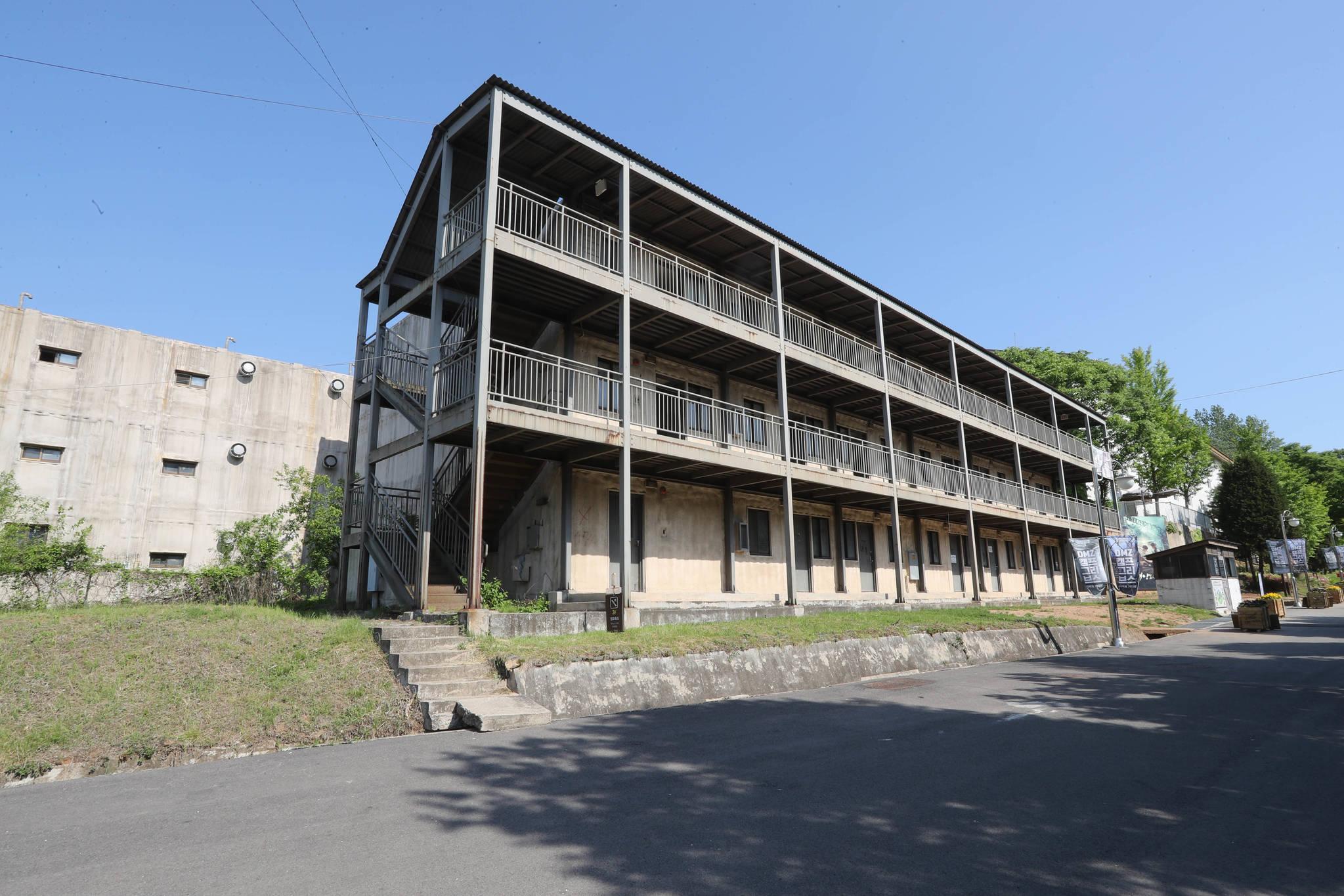 'DMZ 캠프 그리브스-기억과 기다림' 문화전시 행사가 열리는 캠프 그리브스의 한 건물. 신인섭 기자