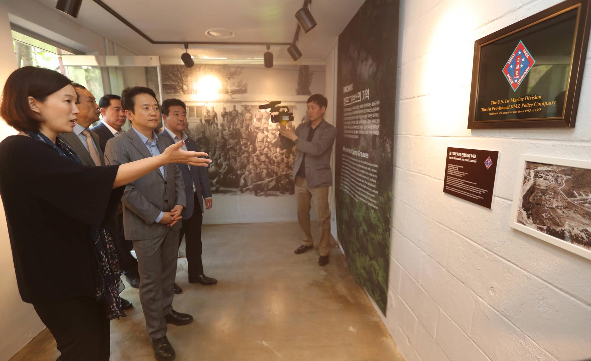 'DMZ 캠프 그리브스-기억과 기다림' 문화전시 행사 개막식에 참석한 남경필 경기도지사가 전시 물품을 살펴보고 있다. 신인섭기자