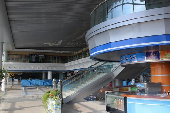 평양의 국제공항인 '순안공항' 터미널 내부 모습이다. [사진=플리커(calflier001)]
