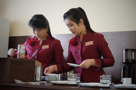 평양의 한 '비엔나 커피숍' 점원의 모습이다. [사진=플리커(Uri Tours)]