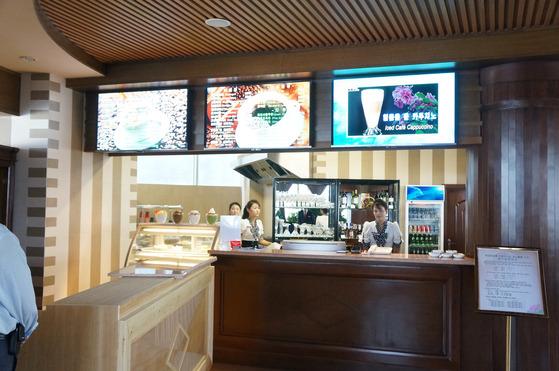 평양의 해당화관 6층에 위치한 '원형 커피점' 내부 모습이다. [사진=플리커(Uri Tours)]