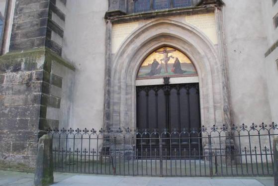루터가 95개 논제를 써 붙인 독일 비텐베르크 교회의 철문.
