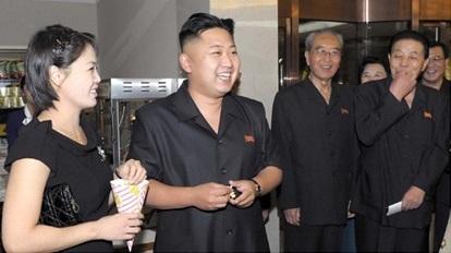 지난 2012년 9월 '해맞이커피점'을 방문한 김정은 노동당 위원장과 이설주의 모습이다. [사진=플리커(Uri Tours)]
