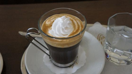 진한 커피에 생크림이 올라간 '윈나커피'(비엔나커피)이다. [사진=플리커(Uri Tours)]