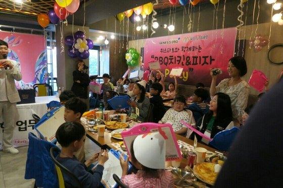 서울 종로 BBQ치킨 본점에서 지난 15일 아동 50여 명이 '치킨파티'를 하고 있다.[사진 위스타트]