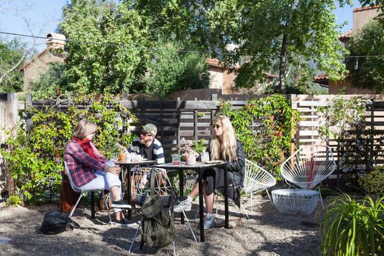 부티크숍과 식당을 겸하는 '티플 & 램블' 뒤뜰에서 식사를 즐기는 사람들.