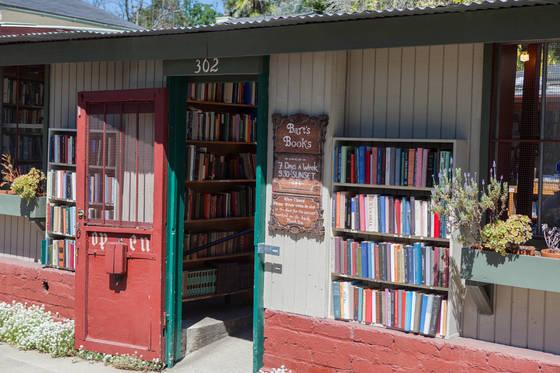 여행객도 많이 찾는 바트 북스. 1964년 생겼는데 영업이 끝난 뒤에도 코인박스에 돈을 넣고 책을 사갈 수 있다. 일종의 '무인 서점'이다.