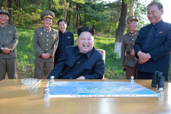 21일 이뤄진'북극성 2형' 탄도미사일 시험발사를 지켜보며 웃음짓는 북한 김정은 노동당 위원장. 주변의 노동당과 군부 간부들의표정이 밝다.[노동신문]