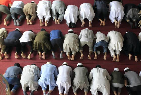 이슬람 금식 성월인 라마단이 27일 시작됐다. 우리나라에서는 일요일인 28일 대구이슬람사원에 모인 무슬림(이슬람 신도)이 낮기도를 올리고 있다. 프리랜서 공정식