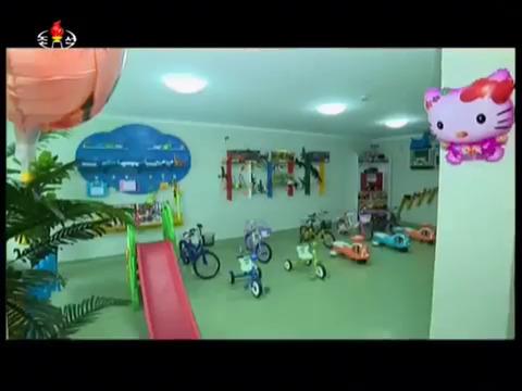 지난달 완공된 여명거리에 위치한 어린이놀이방(키즈카페)의 모습. [사진 조선중앙TV 캡처]