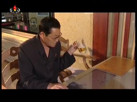 맥주를 마시며 컴퓨터 장기를 즐기고 있는 여명거리 영복식당 이용객의 모습. [사진 조선중앙TV]