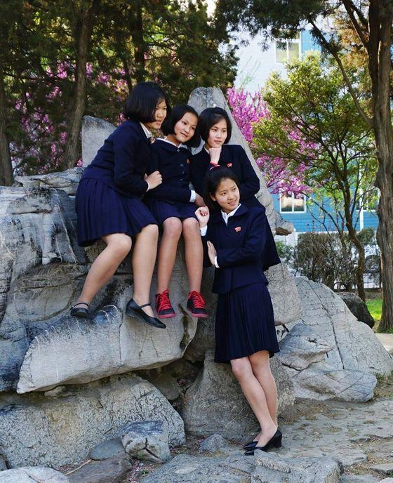 평양 대동문 인근에서 핸드폰 사진을 찍고 있는 북한 여고생들.[Sejin Pak 페이스북]