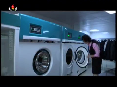 북한 여명거리에 문을 연 세탁소의 모습. [사진 조선중앙TV 캡처]