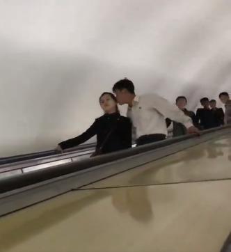 평양 지하철 에스컬레이터에서 포착된 젊은 남녀의 애정표현. [Sejin Pak 페이스북]