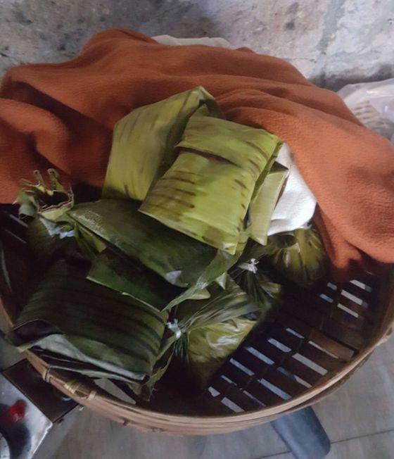 바나나 잎과 코코넛 오일을 이용해 마사지한다.