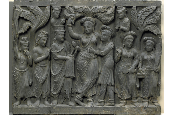 마야 부인의 출산 장면을 새긴 조각상. 아기 왕자가 마야 부인의 옆구리에서 태어나고 있다.
