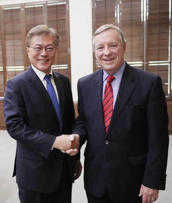 문재인 대통령이 지난달 31일 청와대에서 딕 더빈 미국 민주당 상원 원내총무를 만났다. [중앙포토]