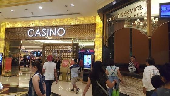 마닐라 뉴포트시티에 있는 리조트 월드. 쇼핑과 외식을 함께 즐길 수 있는 몰로, 한국인 관광객도 많아 한글 표지판이 곳곳에 보인다. 오른쪽에 '고객 서비스'라는 한글이 보인다. 안혜리 기자