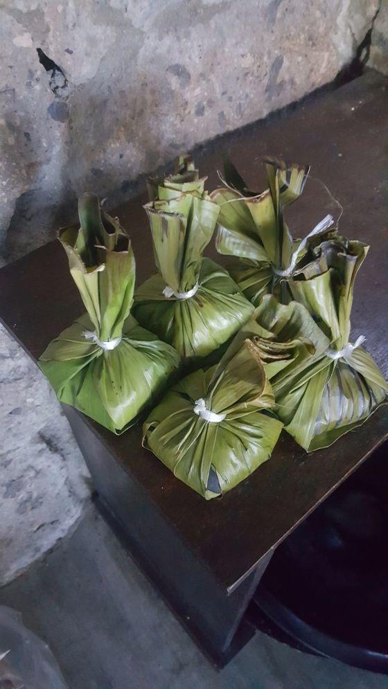 바나나 잎으로 감싼 마사지용 핫스톤.