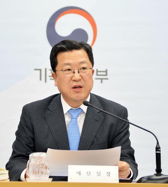 박춘섭 기획재정부 예산실장이 정부세종청사에서 2017년도 추가경정예산안에 대해 설명하고 있다. [사진 기획재정부]