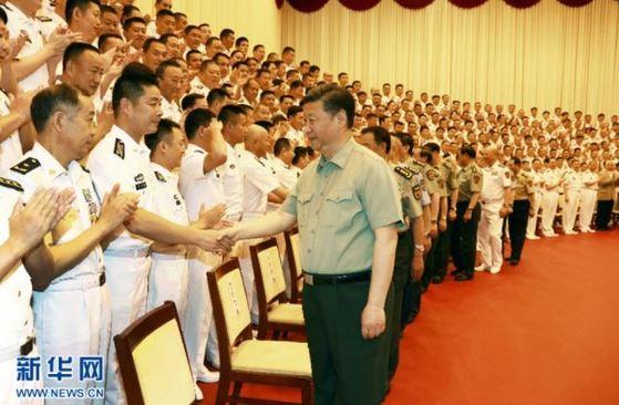 시진핑 주석이 최근 해군 지휘소를 방문, 해군 지휘관들과 악수하고 있다 [사진 신화망]