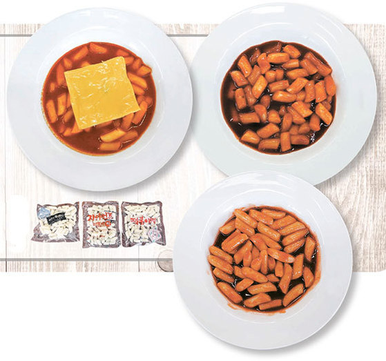 세 제품 모두 쌀떡을 사용했다. 떡볶이 용량은 위대한 떡볶이가 360g으로 가장 많다. 치즈가 들어 있는 세븐일레븐 '피카츄 치즈떡볶이'(사진 왼쪽 위), 적당히 맵고 단맛의 CU '자이언트 떡볶이'(오른쪽 위), 가장 매운 떡볶이로 꼽힌 GS25 '위대한 떡볶이'(아래 오른쪽).