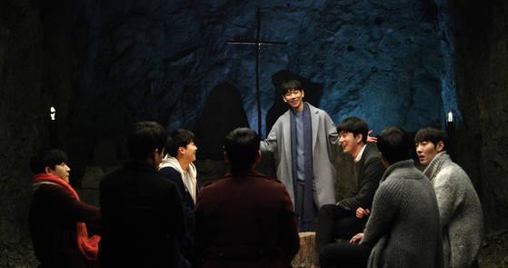 영화 '산상수훈'에서 신학생들이 동굴에 모여 심령이 가난함의 뜻에 대해 말하고 있다.