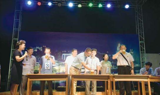 지난해 8월 열린 대동강맥주축전 참가자들이 맥주 맛보기경기를 하고 있다. [사진 우리민족끼리]
