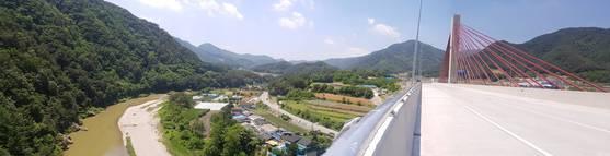 내린천 100m 위에 건걸된 내린천교의 웅장한 모습. 박진호 기자.