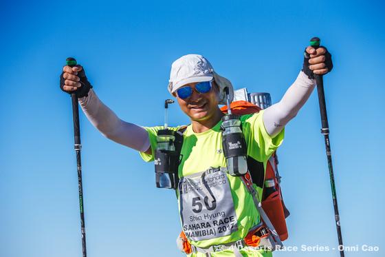 완주에 성공한 이씨. 사하라사막마라톤은 타임지에서 선정한 세계 10대 인내를 필요로 하는 대회(one of the Top 10 Endurance Competitions)로 6개 구간을 달린 시간을 합산애 시간이 가장 짧은 개인 혹은 팀을 우승자로 결정한다. [사진 이신형 씨 제공]