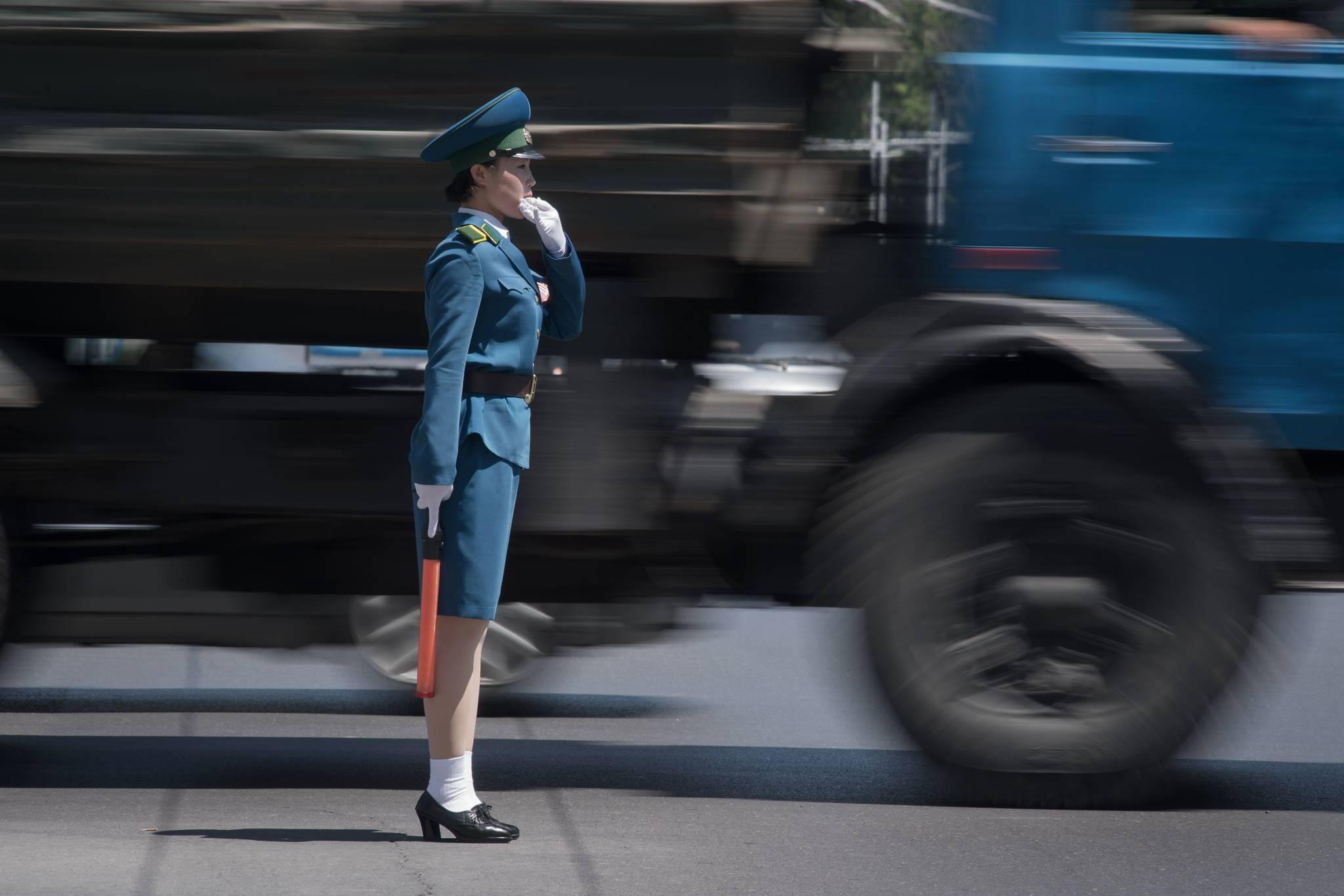 지난 5일 북한 평양 시내 교차로에서 교통지도를 하고 있는 여성 교통보안원.[AFP=연합뉴스]