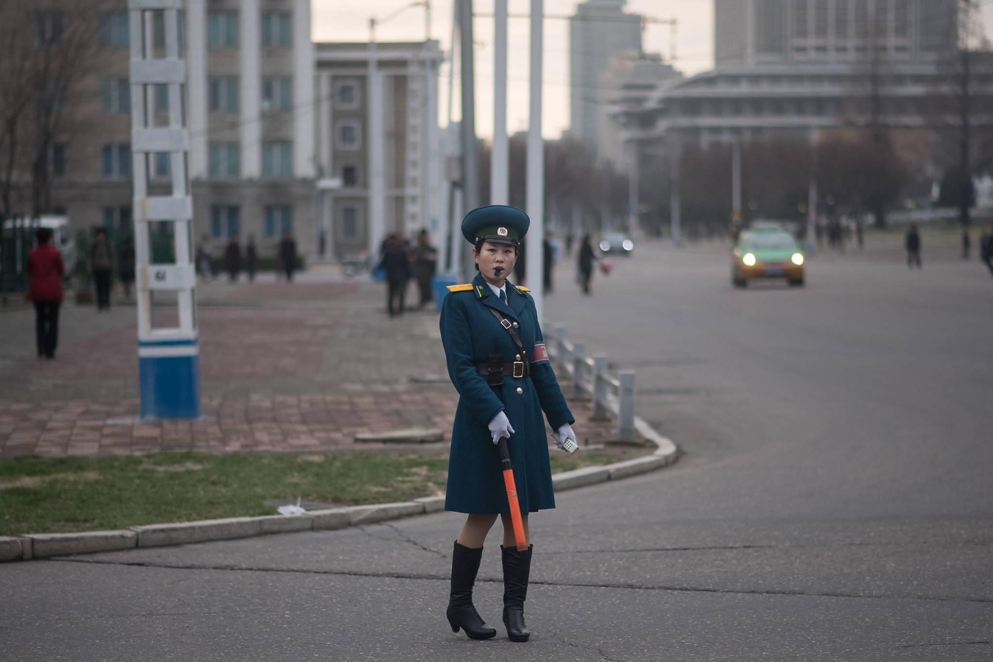 지난 4월6일 북한 평양 시내 교차로에서 교통지도를 하고 있는 여성 교통보안원.[AFP=연합뉴스]