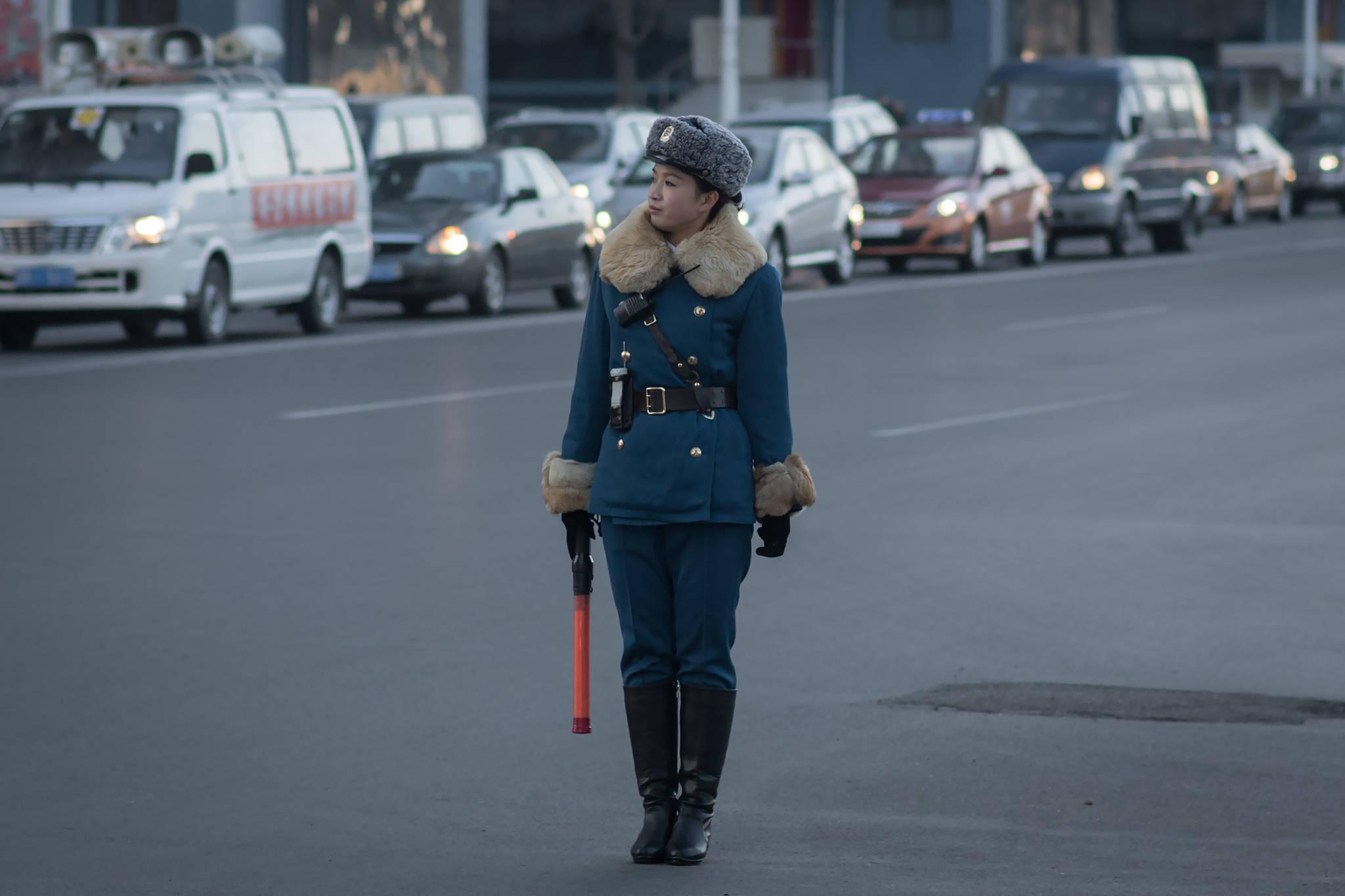 지난 2016년 11월 29일 북한 평양 시내 교차로에서 교통지도를 하고 있는 여성 교통보안원.[AFP=연합뉴스]