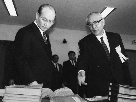 1987년 3월 23일 과천 정부종합청사 국사편찬위원회. 박영석 위원장이 전두환 대통령을 안내하고 있다.[중앙포토]