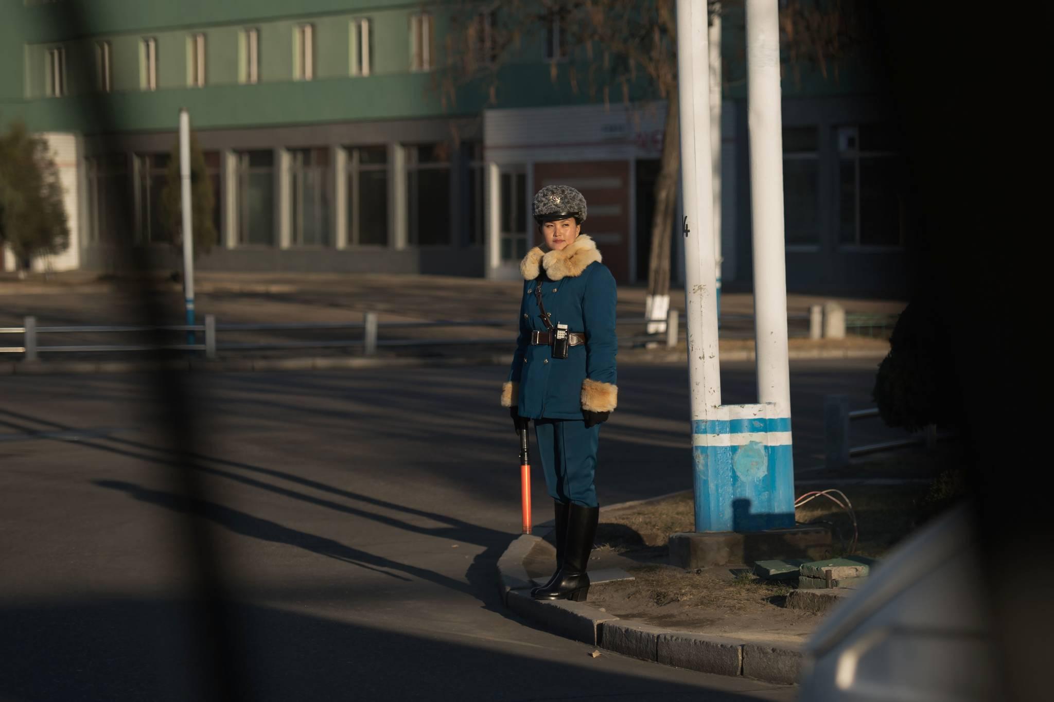 지난해 11월28일 북한 평양 시내 교차로에서 교통지도를 하고 있는 여성 교통보안원.[AFP=연합뉴스]
