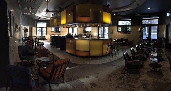 호텔 1층에 있는 펍. 1840년대 만들어진 작은 호텔 펍의 모습을 그대로 유지하고 있다. 맥주 공장 일꾼들이 맥주를 마시던 장소다.