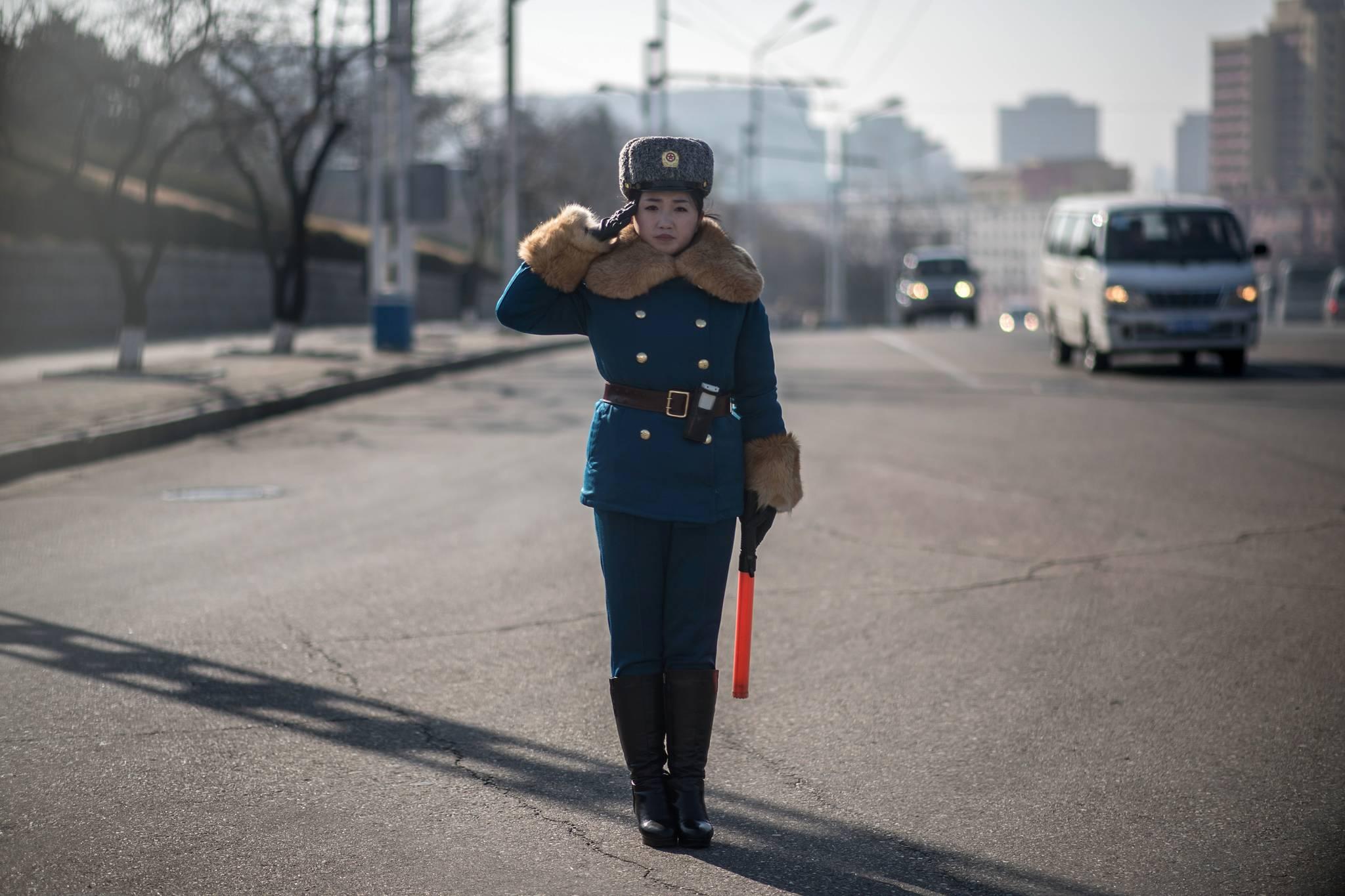 지난해 12월 2일 북한 평양 시내 교차로에서 교통지도를 하고 있는 여성 교통보안원.[AFP=연합뉴스]
