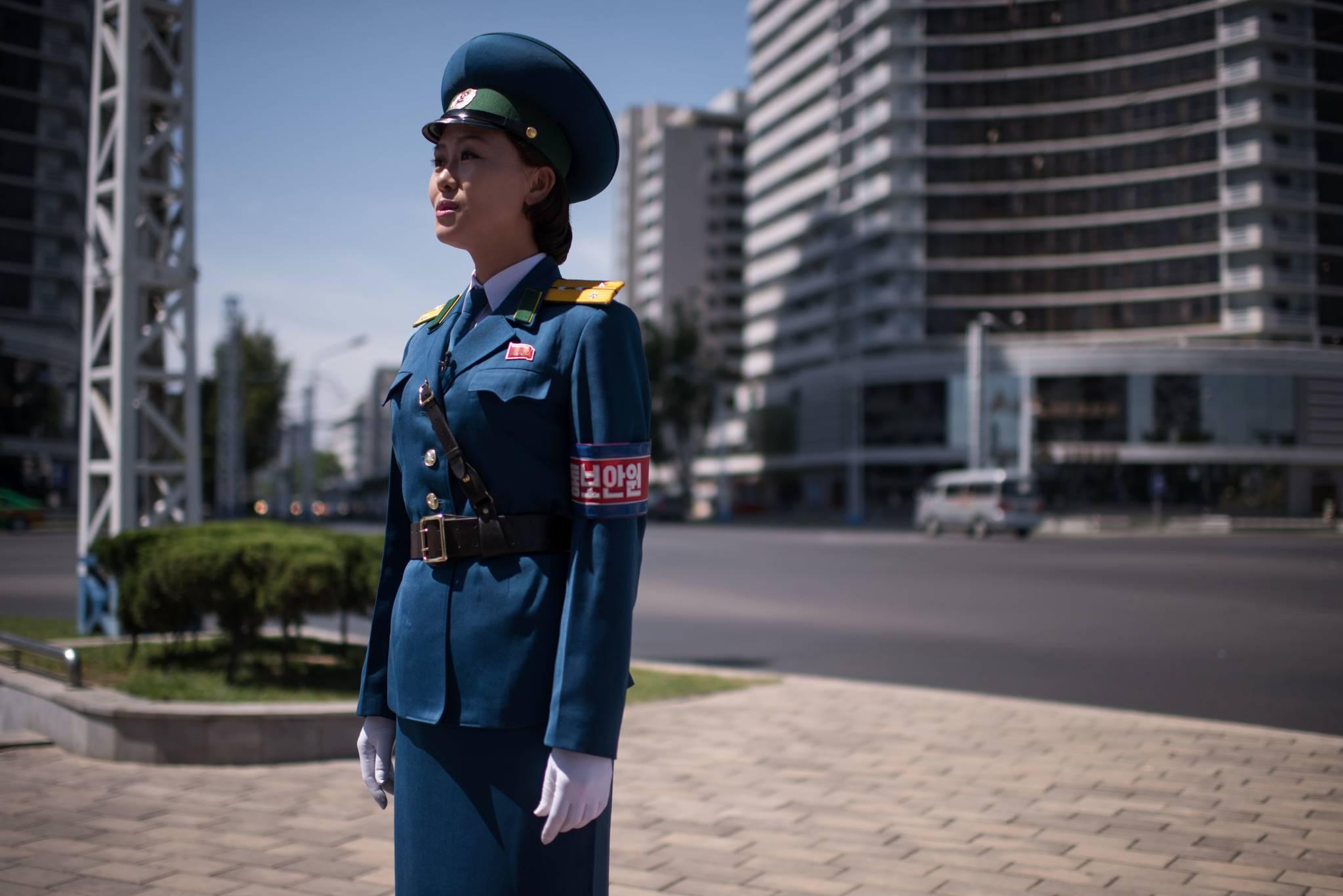 지난 4일 북한 평양 시내 교차로에서 교통지도를 하고 있는 여성 교통보안원.[AFP=연합뉴스]