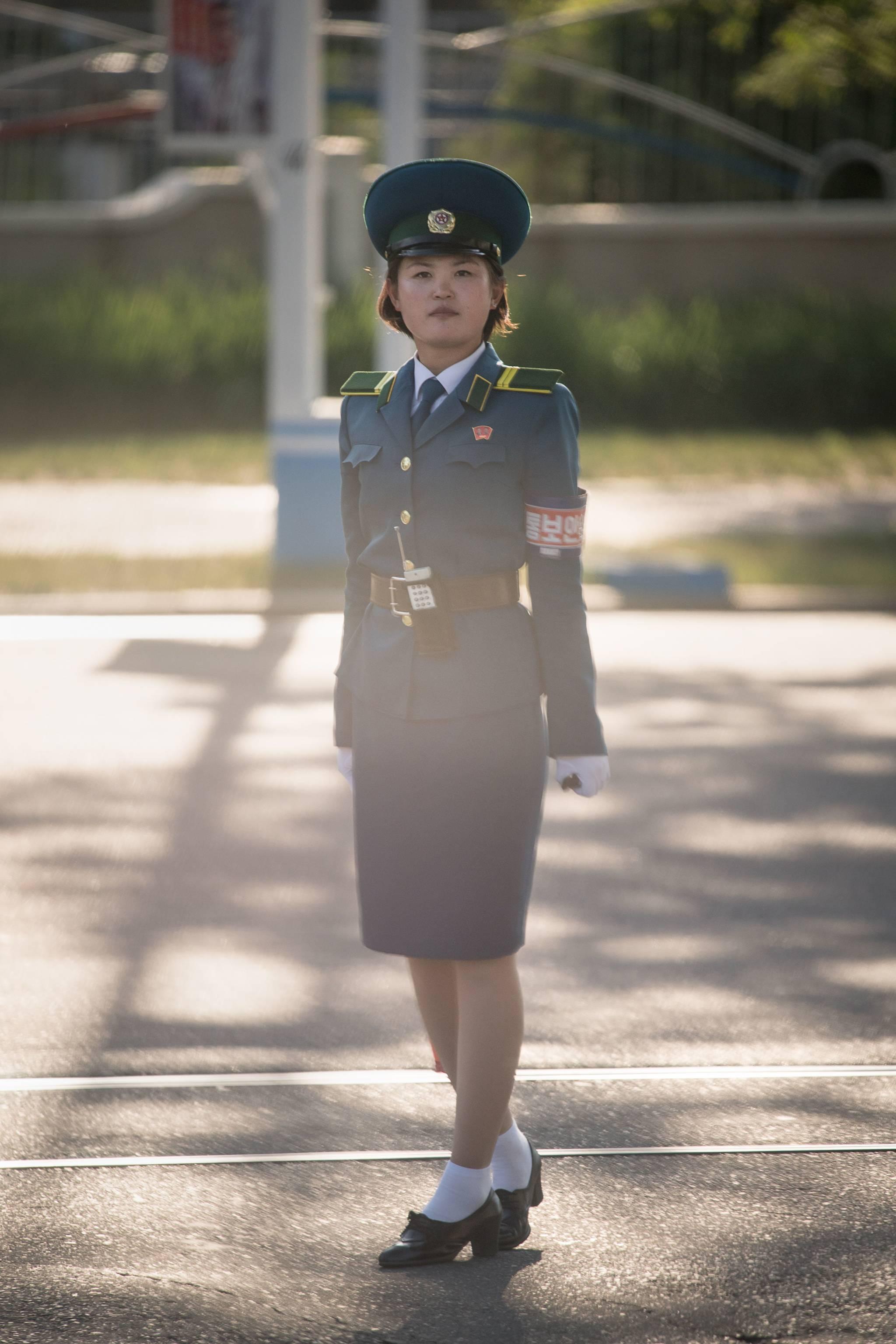 지난 3일 북한 평양 시내 교차로에서 교통지도를 하고 있는 여성 교통보안원.[AFP=연합뉴스]