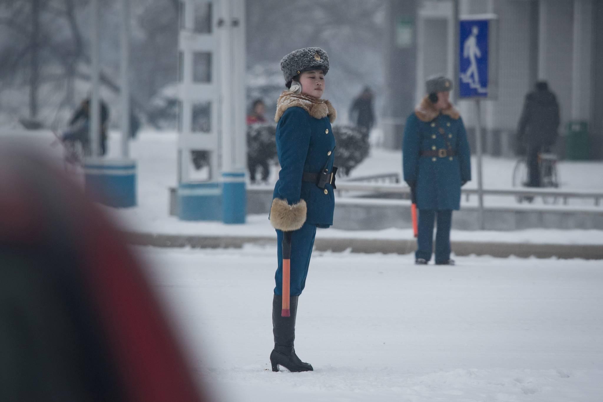 지난 2월 22일 북한 평양 시내 교차로에서 교통지도를 하고 있는 여성 교통보안원.[AFP=연합뉴스]