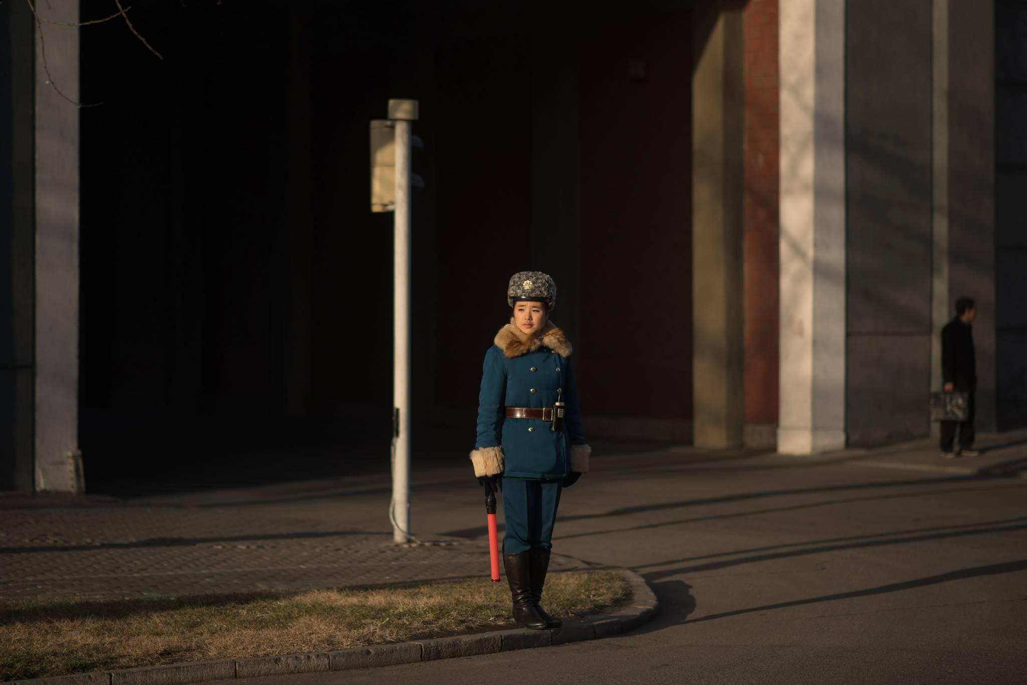 지난해 11월29일 북한 평양 시내 교차로에서 교통지도를 하고 있는 여성 교통보안원.[AFP=연합뉴스]